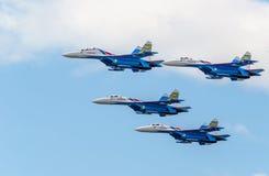 Grupos del vuelo de cuatro aviones su-27 imagenes de archivo