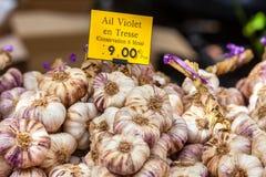 Grupos do alho em um mercado dos fazendeiros Fotografia de Stock Royalty Free