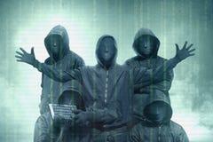 Grupos do hacker na posição preta do hoodie com código binário na tela virtual fotografia de stock