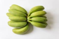 Grupos grandes y pequeños de plátanos verdes y amarillos del bebé Imágenes de archivo libres de regalías