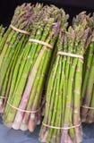 Grupos muito crus do aspargo Feche acima do aspargo verde, fresco Conceitos do mercado dos fazendeiros fotografia de stock