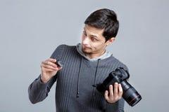 Grupos novos do fotógrafo - acima da câmera o indivíduo aprende fotografar foto de stock royalty free