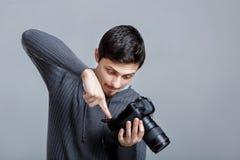 Grupos novos do fotógrafo - acima da câmera o indivíduo aprende fotografar em g imagens de stock