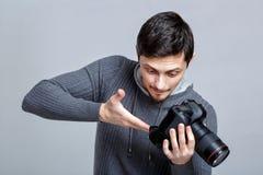 Grupos novos do fotógrafo - acima da câmera o indivíduo aprende fotografar em g imagens de stock royalty free