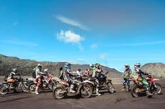 Grupowa motorowa rower społeczność na roweru górskiego początku obrazy stock