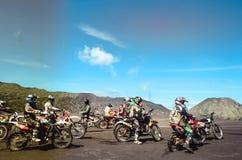 Grupowa motorowa rower społeczność na roweru górskiego początku fotografia royalty free