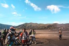 Grupowa motorowa rower społeczność na roweru górskiego początku zdjęcie stock