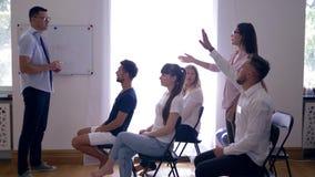 Grupowa stażowa edukacja, młodzi przedsiębiorcy dyskutuje rozwojów biznesu pomysły na interaktywnym uczenie zdjęcie wideo