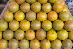 Grupowe świeżość pomarańcze w rynku obrazy stock