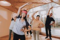 Grupowe Starsze kobiety mężczyzna Lecznicze gimnastyki obraz royalty free