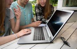 grupowego laptopu plenerowy uczeń używać potomstwa Fotografia Stock