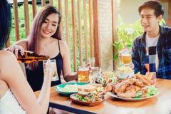 Grupowego przyjaciela młodzi azjatykci ludzie świętuje piwnych festiwale szczęśliwych obraz stock