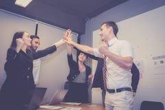 Grupowi biznesowi azjatykci ludzie zespalają się z sukcesu gestem daje pięć w spotkaniu cześć, zgody osiągnięcia pracy praca zesp obrazy stock