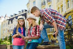 Grupowi dzieci patrzeje mapę Podróży orTourism i wakacje pojęcie Obrazy Stock