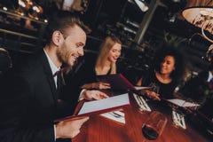Grupowi ludzie biznesu Dostaje rozkaz w restauracji zdjęcie royalty free