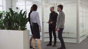 Grupowi ludzie biznesu wynikali pokój konferencyjnego uśmiecha się ręki i trząść, zbiory
