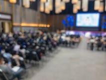 Grupowi ludzie na dużej seminaryjnej sali konferencyjnej obraz royalty free