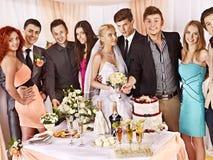 Grupowi ludzie przy ślubu stołem. Fotografia Stock