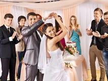 Grupowi ludzie przy ślubu tanem. Zdjęcia Stock