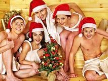 Grupowi ludzie w Santa kapeluszu przy sauna. Fotografia Stock
