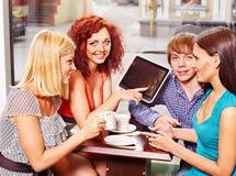 Grupowi ludzie z pastylki komputerem przy kawiarnią Zdjęcia Royalty Free