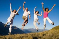 Grupowi młodzi ludzie Skacze Śródpolnego pojęcie zdjęcie stock