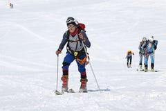 Grupowi narciarscy alpiniści wspinają się na górze na nartach troczyć wspinaczkowe skóry Obrazy Royalty Free
