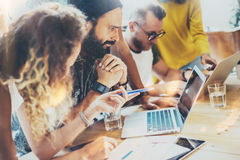 Grupowi Nowożytni Młodzi ludzie biznesu Zbierający Wpólnie Dyskutujący Kreatywnie projekt Coworkers Brainstorm spotkania dyskusja
