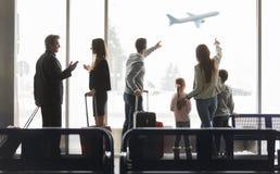 Grupowi podróżnicy przy lotniskowy śmiertelnie przed samolotem zdjęcia royalty free