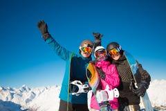 Grupowi przyjaciół snowboarders zabawę na skłonie Obraz Stock