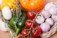 Grupowi świezi barwioni warzywa na drewnianym Obraz Stock