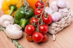 Grupowi świezi barwioni warzywa na drewnianym Obrazy Stock