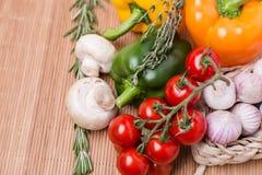 Grupowi świezi barwioni warzywa na drewnianym Zdjęcie Royalty Free