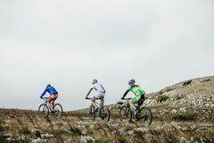 Grupowy atleta cyklistów przejażdżki mountainbike góry krajobraz Fotografia Royalty Free