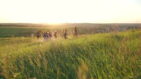 Grupowy bieg outdoors w świetle słonecznym zbiory wideo