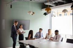 Grupowy Kolaborować Na zadaniu Przy Magisterskim Rekrutacyjnym ocena dniem Podczas gdy Obserwujący rekrutacji drużyną zdjęcia royalty free