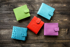 Grupowy kolorowy portfel Rzemienna skóra na drewnianym tle Fotografia Stock