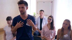 Grupowy nauczanie, pomyślny szczęśliwy biznesmen raduje się przy osiągnięciami przy szkoleniem zbiory wideo