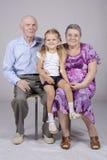 Grupowy portret: babcia, dziad i wnuczka, Obrazy Royalty Free