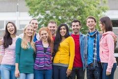 Grupowy portret studenci collegu w parku obraz royalty free