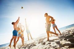 Grupowy przyjaciel sztuk piłki plaży morze Obrazy Stock