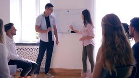 Grupowy psychotherapy, dziewczyny pozycja przed widownią ludzie z na pokładzie słowa - motywacja remisy sporządzają mapę z zbiory wideo