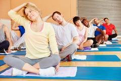 Grupowy rozciąganie w pilates klasie Zdjęcie Royalty Free