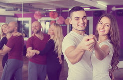 Grupowy taniec w klubie zdjęcie royalty free