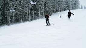 Grupp av äldre folk som skidar i vintern arkivfilmer