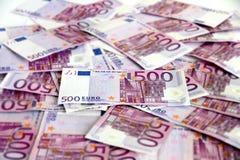 Grupp av 500 (smutsiga) eurosedlar, Royaltyfri Bild