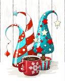 Grupp av abstrakta julträd och den röda kaffekoppen, feriebevekelsegrund, illustration Royaltyfri Fotografi