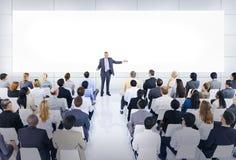 Grupp av affärsfolk i affärspresentation