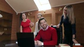 Grupp av affärsfolk i ett möte på kontoret som arbetar på datoren stock video