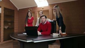 Grupp av affärsfolk i ett möte på kontoret som arbetar på datoren arkivfilmer
